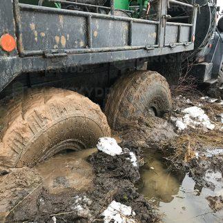 truck stuck in mud lastbil lera fast